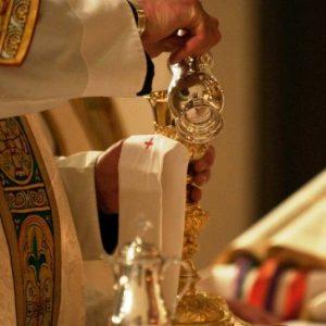 Qual o significado de colocar um pouco de água no cálice com vinho durante a celebração eucarística?